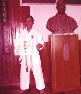 Sensei René Ramanitrandrasana avec son diplôme de 8ème DAN